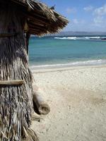 barraco com vista para as águas azul-petróleo da baja foto