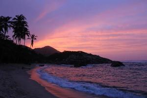 pôr do sol na praia do parque tayrona, caraíbas, colômbia