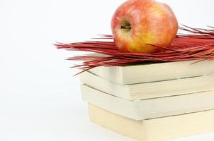 maçã em pé sobre um livro