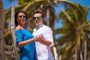 jovem casal no fundo de palmeiras