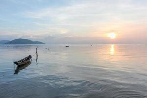calmo pôr do sol tropical nos barcos de fundo.