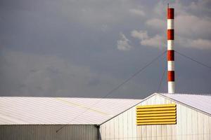 grande chaminé vermelha e branca em edifícios de fábricas