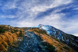 fantástico pôr do sol nas montanhas da ucrânia. mundo da beleza.