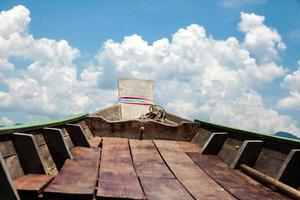 viajando no barco e céu azul com nuvens brancas