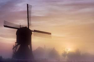 velho moinho de vento de madeira ao amanhecer