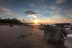 nascer do sol na praia de Jayanti no sul da Indonésia de Java Ocidental