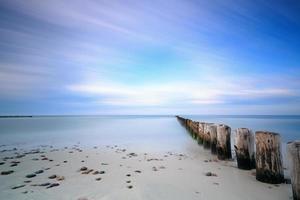 mar Báltico e quebra-mar. Exposição longa