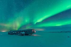 luzes do norte sobre destroços de avião