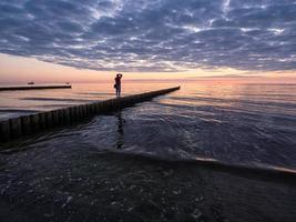 fotógrafo em um quebra-mar