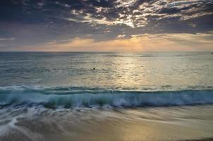 eternidade na costa arenosa da Bulgária perto da meditação do nascer do sol