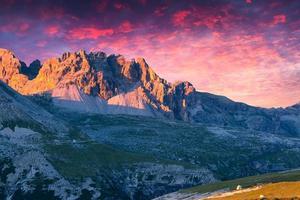 dramático pôr do sol de verão nos Alpes da Itália