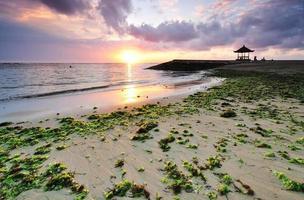 praia de Sanur durante o nascer do sol