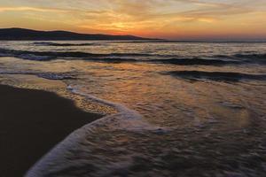 nascer do sol na costa de uma praia ensolarada na bulgária