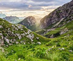 pôr do sol quente nos Alpes Julianos