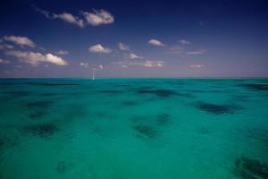 barco na água turquesa