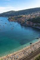 vista aérea da costa de villefranche-sur-mer com iates navegando em