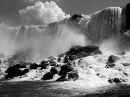 Cataratas do Niágara, no Canadá, em preto e branco