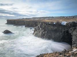 paisagem marinha, ondas em uma longa exposição no sul da Islândia