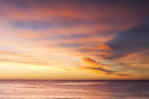 nuvem do nascer do sol e paisagem marinha foto