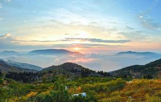 paisagem montanhosa do nascer do sol do verão (kefalonia, Grécia).