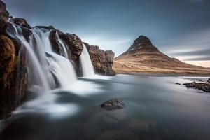 Cachoeiras Kirkjufellsfoss e Kirkjufell na Islândia foto
