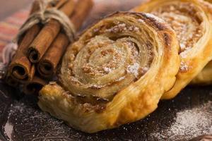biscoitos de massa folhada com maçã e canela