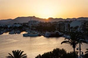 vistas noturnas do mar do porto, cidade resort e montanhas