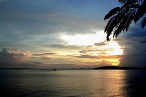 pôr do sol sobre a água em Krabi, Tailândia