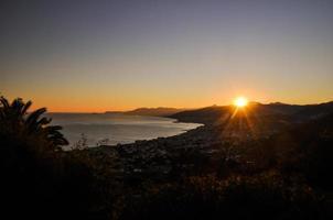 litoral da Ligúria ao pôr do sol - borgio verezzi, itália foto