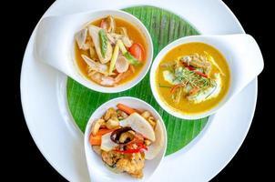 comida de três restaurantes tailandeses