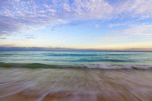 pôr do sol na praia do Caribe.