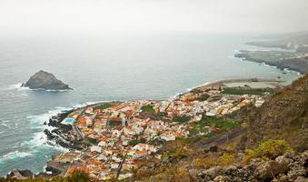 vista panorâmica da cidade de garachico na costa de tenerife, espanha foto
