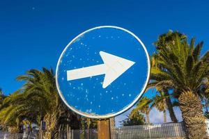 sinal de rua com seta para o lado direito foto