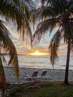praia cubana ao entardecer