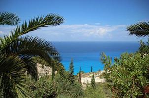 vista de um local elevado para o mar mediterrâneo turquesa
