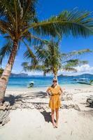 mulher em uma praia de palmeiras perfeita
