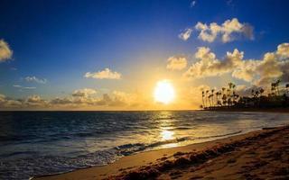 nascer do sol sobre o mar do caribe