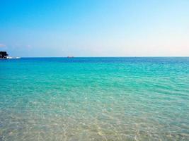 praia de areia na indonésia