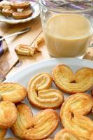 palmeras - massa folhada doce. biscoitos em forma de coração com açúcar foto