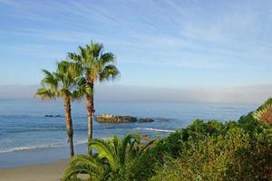poças de maré de manhã na praia