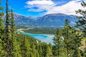 rio da montanha na columbia britânica, canadá. foto