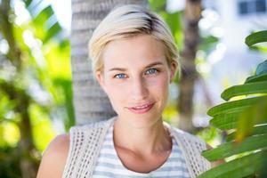 mulher loira bonita sorrindo para a câmera