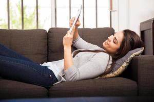 deitado em um sofá e lendo foto