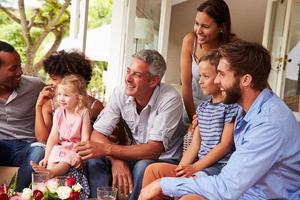 família e amigos reunidos em um conservatório