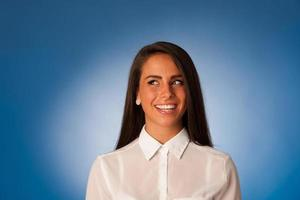 retrato de uma bela mulher de negócios hispânica em frente de fundo azul