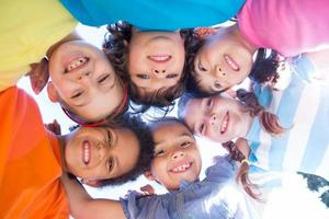 crianças sorrindo para a câmera