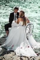 casal celebrando seu casamento foto