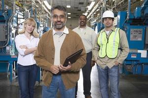 operadores multiétnicos em fábrica de jornais foto