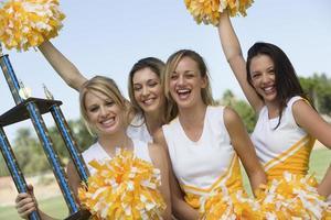 cheerleaders comemorando a vitória
