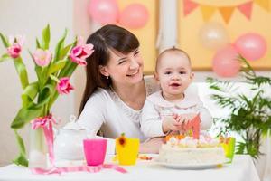 menina e mãe comemoram primeiro aniversário foto